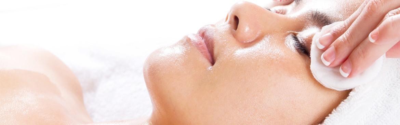 Limpieza facial con productos ecológicos.